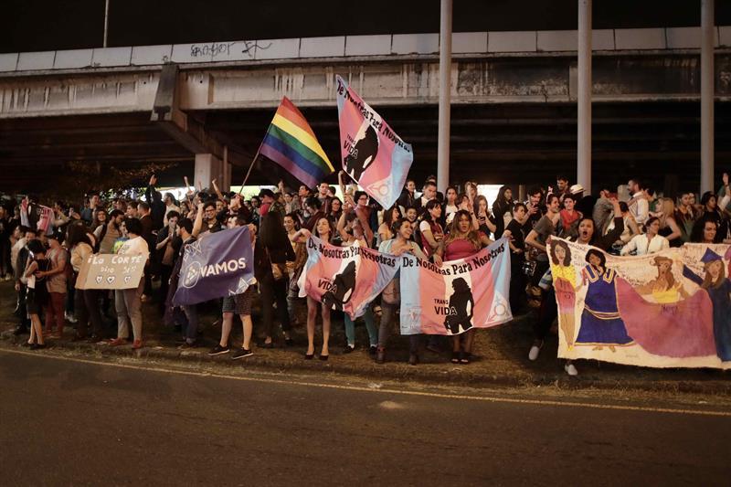 Personas-a-favor-de-los-derechos-de-la-comunidad-LGBTI-celebran-en-las-calles-de-San-José-Costa-Rica.-EFE